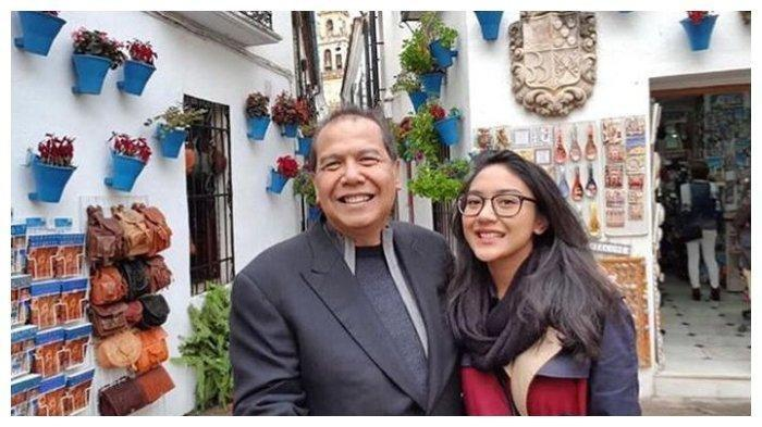 Putri Tanjung bersama Chairul Tanjung, ayahnya.