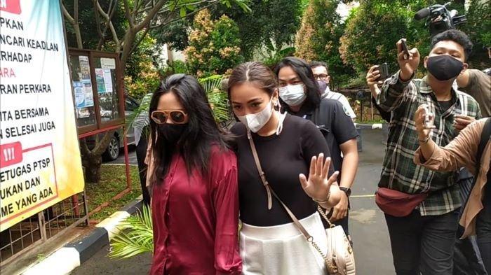Selebgram Rachel Vennya (merah) hadir di Pengadilan Agama Jakarta Selatan, Selasa (9/2/2021).