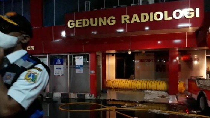 Damkar Kerahkan Mesin Penyedot Asap Atasi Kebakaran di Gedung Radiologi RS Polri Kramatjati
