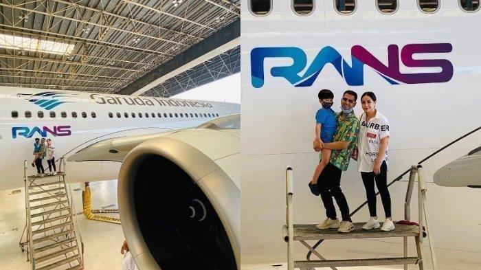 Raffi Ahmad dan Nagita Slavina berfoto di depan logo RANS yang terpampang di pesawat terbaru Garuda Indonesia.