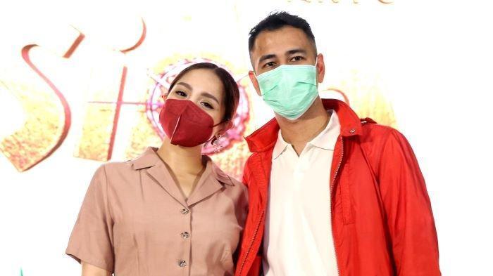 Raffi Ahmad dan Nagita Slavina disela launching serial animasi Lorong Waktu Si Aa di kawasan Dharmawangsa, Kebayoran Baru, Jakarta Selatan, Selasa (15/12/2020).