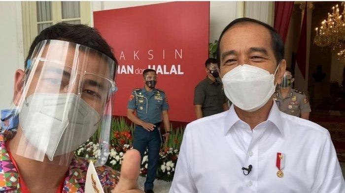 Raffi Ahmad berpose bersama Presiden Joko Widodo setelah menerima vaksin Covid-19 di Istana Merdeka Jakarta, Rabu (13/1/2021).