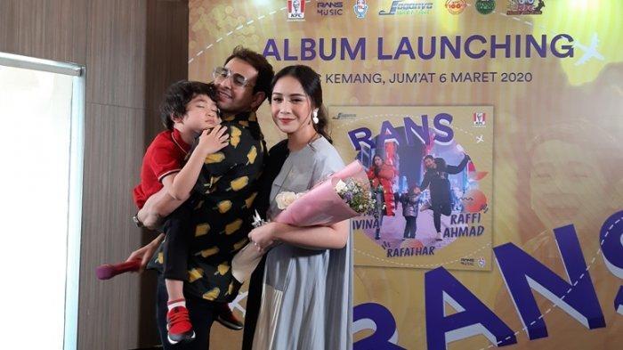 Raffi Ahmad dan Nagita Slavina bersama Rafathar Malik Ahmad disela peluncuran album RANS di KFC Kemang, Jakarta Selatan, Jumat (6/3/2020).
