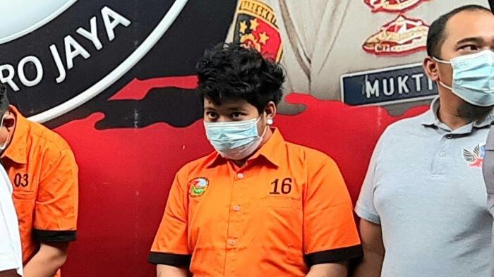 Raffi Zimah anak Ratu Dangdut Rita Sugiarto dihadirkan polisi saat menggelar jumpa pers kasus narkoba di Polda Metro Jaya, Rabu (19/5/2021). Anak Rita Sugiarto itu ditangkap Senin (17/5/2021) karena memiliki narkoba jenis sabu.