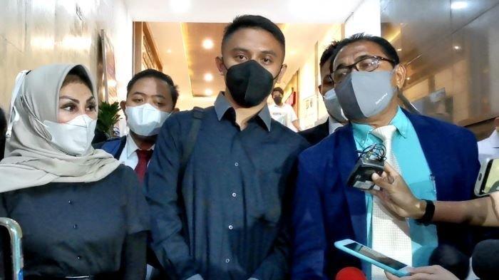 Rafly Noviyanto Tilaar (tengah), suami Olivia Nathania yang juga menantu Nia Daniaty, terlihat keluar dari Direskrimum Polda Metro Jaya setelah hampir tujuh jam menjalani pemeriksaan, Senin (11/10/2021) malam.
