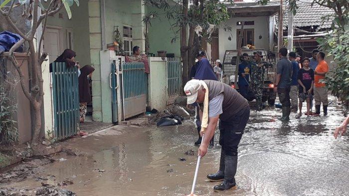 VIDEO: Wali Kota Bekasi Basah Kuyup Saat Terjun Langsung Bersihkan Lumpur di Vila Jatirasa