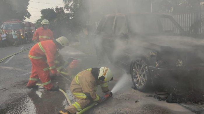 Mobil Range Rover Vogue Hangus Terbakar di Rawamangun, Diduga Ada Kebocoran Saluran Bahan Bakar