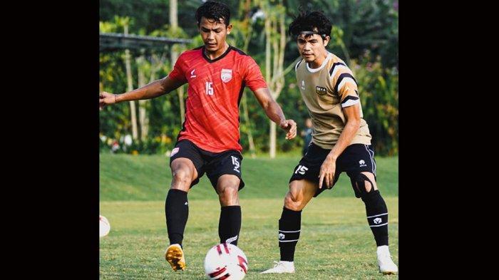 Rangga Muslim (kiri) bergabung dari klub Liga 1 Bhayangkara FC ke klub Liga 2 Dewa United FC