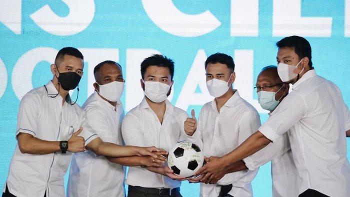 Raffi Ahmad dan Rudi Salim serta Hamka Hamzah (kanan) saat acara peresmian klub RANS Cilegon FC yang akan berlaga di Liga 2 Indonesia.