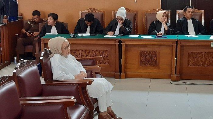 Ratna Sarumpaet Pegang Tasbih Saat Sidang Vonis yang Nyaris Tak Terdengar, Sempat Ditegur Hakim