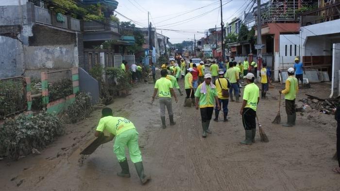 UPDATE Ratusan Aparatur Bantu Warga Bersihkan Lumpur di Perumahan Pondok Gede Permai