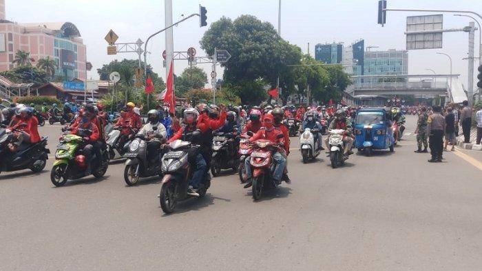 VIDEO Buruh dari Tangerang Sudah Menuju ke Istana Negara, Konvoi Sepeda Motor di Perempatan Grogol