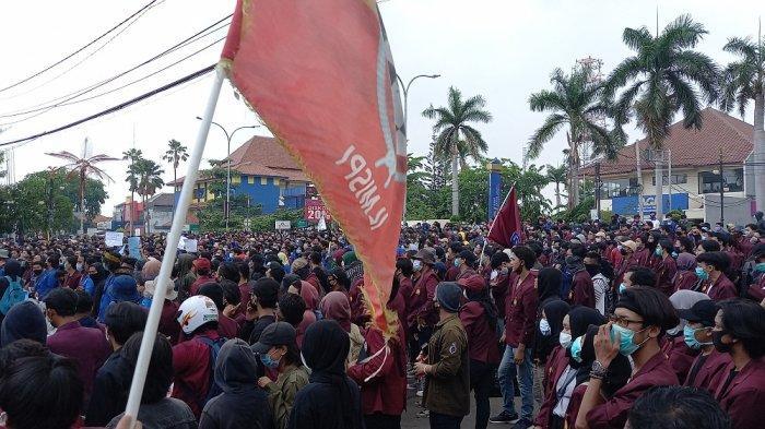 Omnibus Law Disahkan, Ratusan Mahasiswa Karawang Desak Revolusi