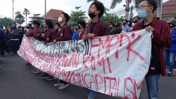 Ratusan mahasiswa unjuk rasa di depan kantor Pemerintah Kabupaten Karawang, Karawang, Jawa Barat pada Kamis (8/10/2020). Mereka menyampaikan penolakan terkaitpengesahan Omnibus Law