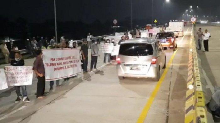 Ratusan warga berdemo di pinggir Gerbang Tol Jatikarya, Jatisampurna, Kota Bekasi, Senin (26/4/2021) malam. Mereka membawa spanduk minta diperhatikan Presiden Joko Widodo alias Jokowi.