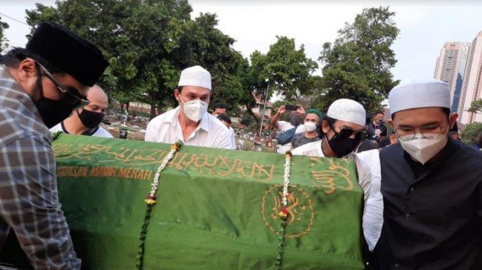 Air Mata Indra Bruggman Iringi Pemakaman Sang Ibunda