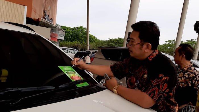Penunggak Pajak Kendaraan Tak Bisa Berkelit Petugas Tempel Stiker di 3 Mal Jakarta Utara