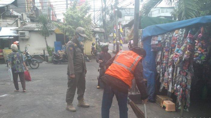 Terjaring Razia Masker, Puluhan Pengguna Jalan di Teluk Gong Penjaringan Dihukum Bersihkan Pasar