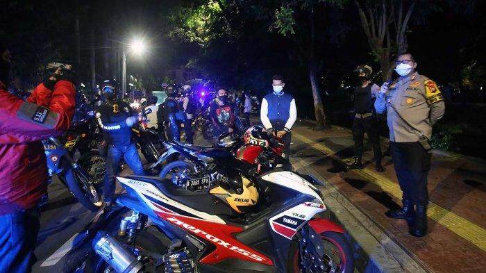 Satgas Pemburu Covid-19, mengamankan warga yang berkerumunan di wilayah hukum Jakarta Pusat, Sabtu (26/12/2020) malam.