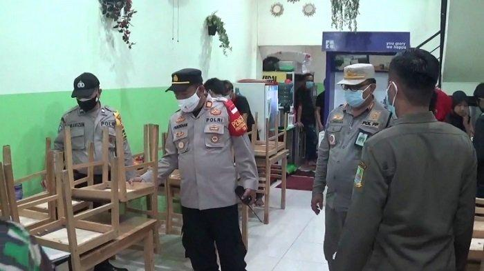 Petugas gabungan melakukan penyegelan terhadap kafe di Cikarang, Kabupaten Bekasi, Jawa Barat, Kamis (8/7/2021) malam.