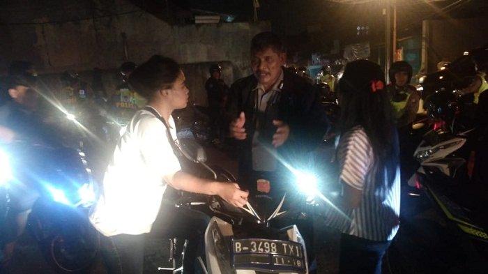 Asyik Nongkrong di Pinggir Jalan, ABG Terjaring Razia di Kramatjati