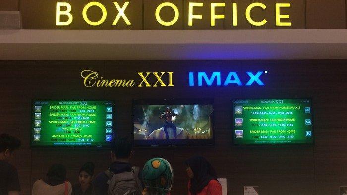 Suasana penonton yang tengah mengantre untuk membeli tiket film Spider-Man Far From Home, di Studio IMAX 3D Cinema XXI, Gandaria City, Jakarta Selatan, Sabtu (6/7/2019).