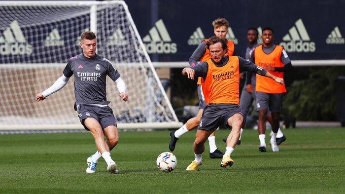 Toni Kroos bersama Luka Modric sedang berlatih jelang laga lawan Valencia