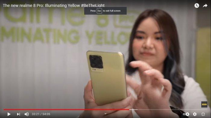 Krisva tunjukkan realme 8 Pro Illuminating Yellow dalam video peluncuran varian warna baru Realme 8 Pro Illuminating Yellow yang tayang di kanal Youtube Realme Indonesia, Senin (3/5)