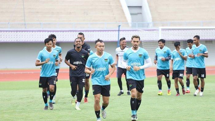 Redi Rusmawan (depan kiri) gelandang Persita Tangerang, saat berlatih Januari2020.