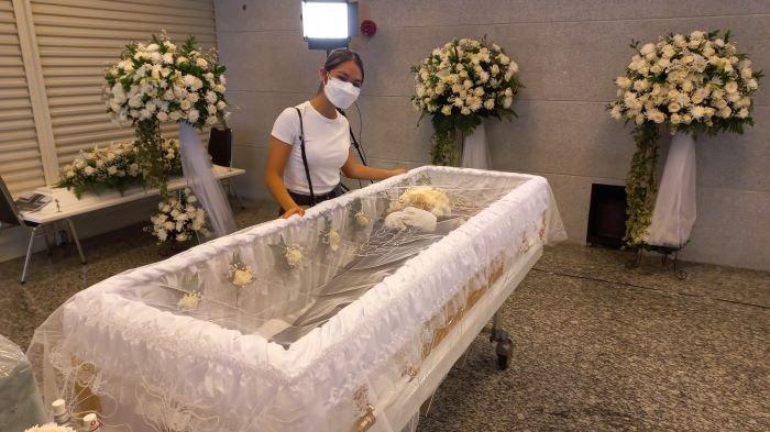 Penyanyi Regina Poetiray menunggu jenazah Reggy Poetiray ayahnya yang disemayamkan di Rumah Duka Sentosa RSPAD Gatot Soebroto, Senen, Jakarta Pusat, Kamis (22/7/2021). Jenazah ayah Regina Poetiray akan dimakamkan di TPU Pondok Ranggon, Jakarta Timur, Jumat (23/7/2021) siang.