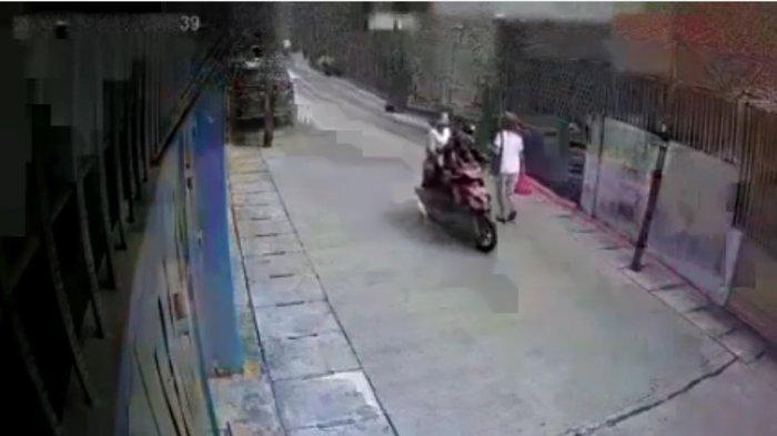 Rekaman kamera CCTV ketika seorang lansia dijambret di Jalan Harum Manis, Mangga Besar, Tamansari, Jakarta Barat
