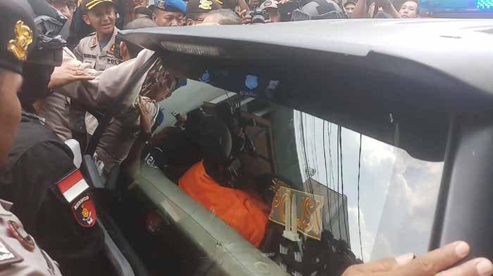 Nyaris Lempari Pakai Batu dan Botol, Warga Teriak Minta Haris Simamora Dibunuh
