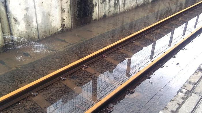 VIDEO: Jalur Kereta Terendam Banjir, Ani Tahun Baruan di Stasiun Tanah Abang Sampai Pagi