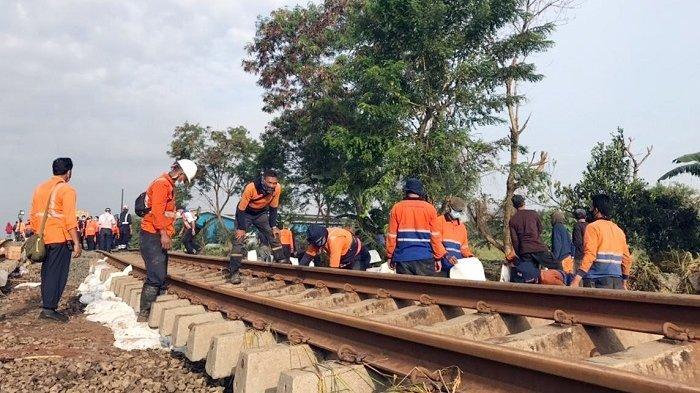 Fondasi rel tergerus banjir di Bekasi.