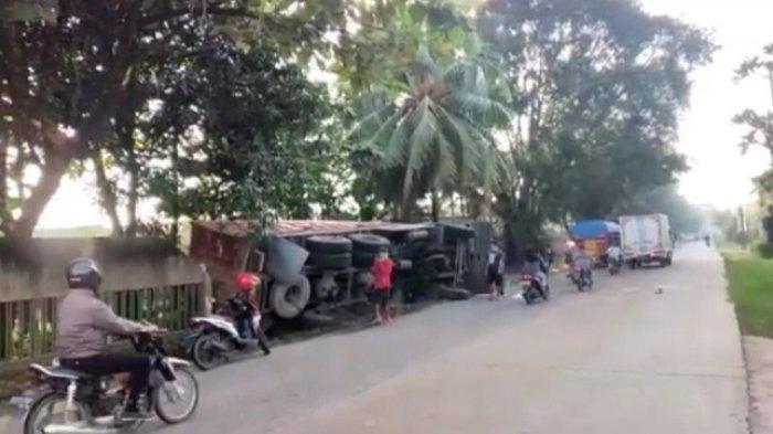 Rem Blong, Truk Bermuatan Pasir Tabrak Tembok Pagar Rumah Warga dan Terbalik