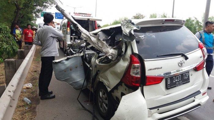Kecelakaan Beruntun di Tol Meruya Menewaskan Satu Orang Penumpang Toyota Avanza yang Remuk Ditabrak