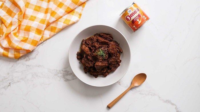 Masakan rendang diracik menggunakan produk Omela dari Frisian Flag Indonesia.