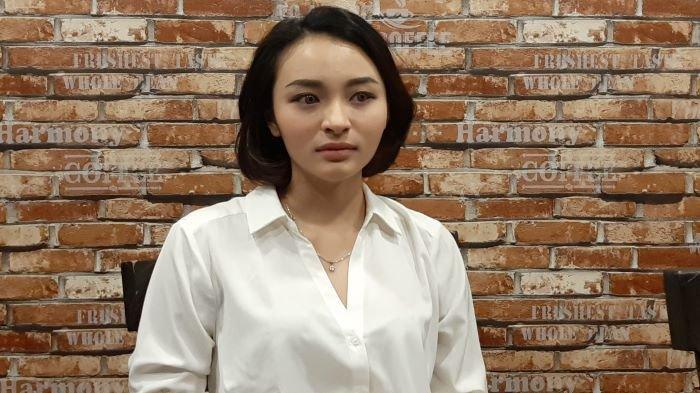 Selebgram Revina VT minta maaf ke motivator dan psikolog Dedy Susanto di kawasan Semanggi, Jakarta Selatan, Kamis (29/4/2021).