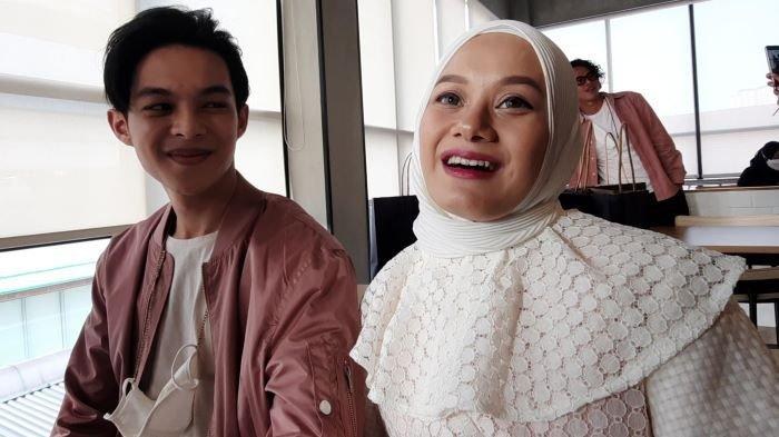 Pasangan Rey Mbayang dan Dinda Hauw disela berbincang di kawasan Kemang Jakarta Selatan, Rabu (21/4/2021).