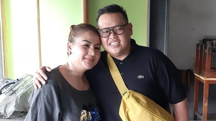 Reza Bukan ditemani Serevina Silaen, istrinya, di Mampang Prapatan, Jakarta Selatan, Selasa (29/9/2020).