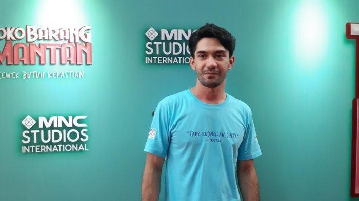 Reza Rahadian disela jumpa pers film Toko Barang Mantan di Bioskop XXI Epicentrum Walk, Kuningan, Jakarta Selatan, Selasa (11/2/2020). Ia memainkan peran Tristan, pria gondrong dan emosional, di film garapan MNC Pictures itu.