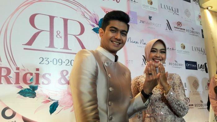 Ria Ricis dan Teuku Ryan setelah menggelar lamaran di Hotel JW Marriot Jakarta, kawasan Mega Kuningan, Jakarta Selatan, Kamis (23/9/2021). Ria Ricis dan Teuku Ryan kini siap menikah.