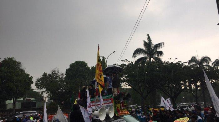 VIDEO: Geruduk Kantor DPRD, Ini Tuntutan Aliansi Buruh Kabupaten Bogor