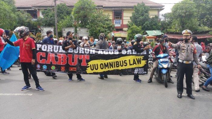 Ribuan buruh dari Tangerang Raya berkumpul di kawasan Jembatan Batuceper Jalan Daan Mogot Km 22, Kota Tangerang, bersiap menggeruduk ke Jakarta untuk berunjukrasa di Istana Merdeka, Kamis (22/10/2020).