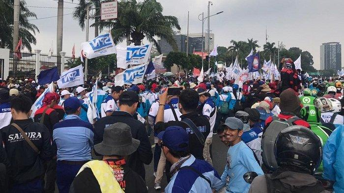 Ribuan Buruh Tangerang Mengancam Mereka akan Mengosongkan Pabrik Menolak RUU Omnibus Law