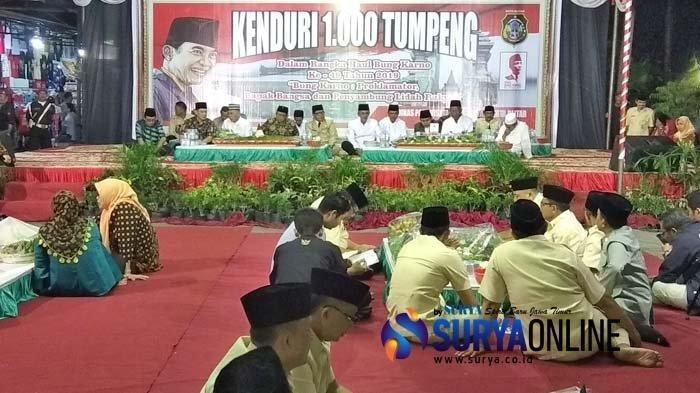 Ribuan Warga Menikmati Kenduri 1.000 Tumpeng di Haul Bung Karno ke-49 di Kota Blitar