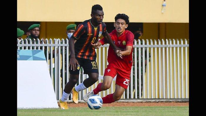 Ricky Ricardo Cawor (kiri) winger lincah tim Papua berhasil mencetak dua gol ke gawang tim Aceh pada babak pertama. Tim Papua akhirnya berhasil merebut medali emas cabor sepak bola yang berlangsung di Stadion Mandala, Jayapura, Papua, Kamis (14/10/2021) malam WIT