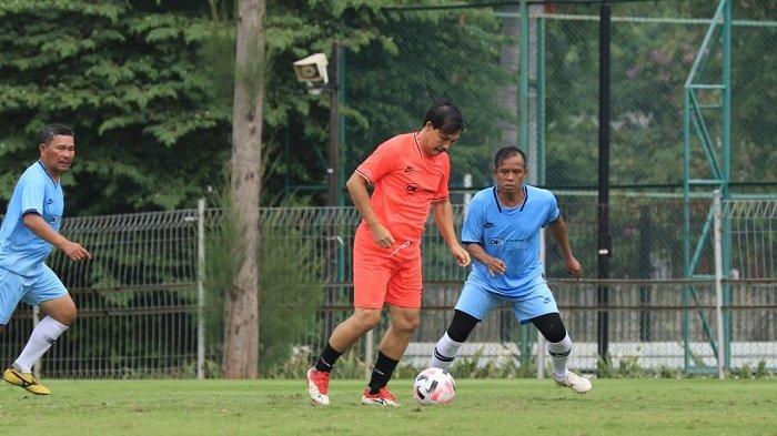 Ricky Yacobi (jersey oranye) meninggal dunia disela bermain sepakbola di Senayan, Jakarta Pusat, Sabtu (21/11/2020) pagi. Foto diatas diambil beberapa saat sebelum Ricky Yacobi mencetak gol dan diduga mengalami serangan jantung.