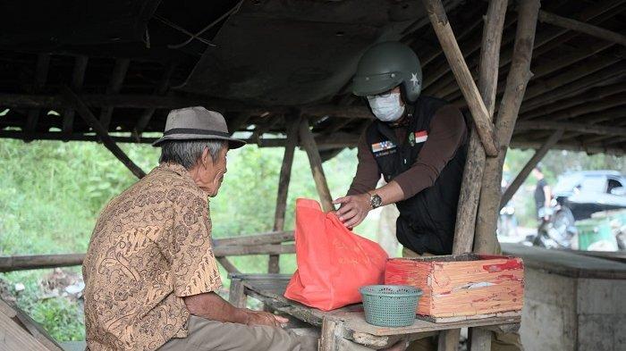Gubernur Jawa Barat Ridwan Kamil Naik Motor Sepanjang 50 KM Kunjungi Warga Berikan Sembako
