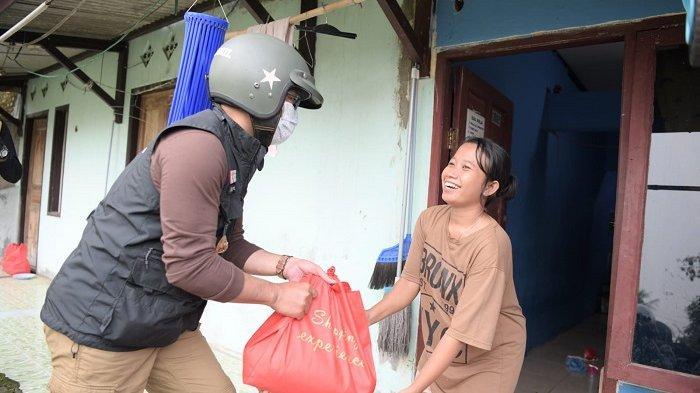 Gubernur Jawa Barat Ridwan Kamil memberikan bantuan sembako kepada warga Kabupaten Bekasi, Jumat (23/7/2021). Untuk memberikan bantuan ini Ridwan Kamil menyusuri jalan sejauh 50 kilometer.